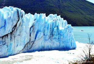 A minúscula embarcação comparada com o glaciar