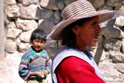 O menino e sua mãe trabalhando na mina
