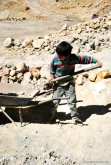 O menino trabalhando na mina