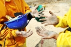 Mãos sujas após a visita às minas