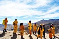No alto da montanha esperando para adentrar na mina