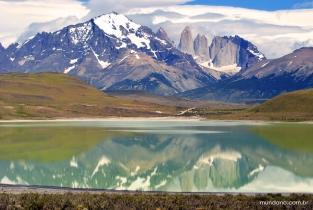 Laguna Amarga e Torres del Paine refletido nas águas