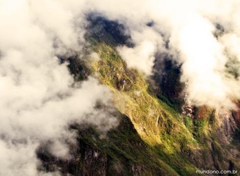 As montanhas encobertas de nuvens no caminho de subida até a entrada de Machu Picchu