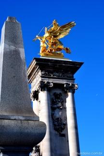 O caminho pela Champs Elysée é repleto de esculturas