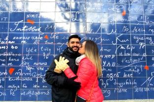 """O """"muro do eu te amo"""", fica bem ao lado das estação de Metrô Abesses em Montmartre"""
