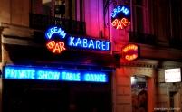 A rua do Moulin Rouge é repleta de cabarés
