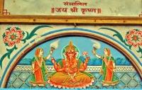 Sobre quase todas as portas há imagens de deuses indianos, para proteção e boa sorte