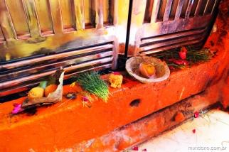 Oferendas na porta de um dos templos de Durga