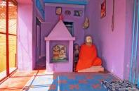 Brahmin que fez voto de silêncio, cuida deste pequeno templo nas proximidades do Lalita Ghat