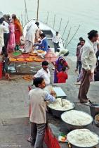 Oferta de refeições no Lalita Ghat